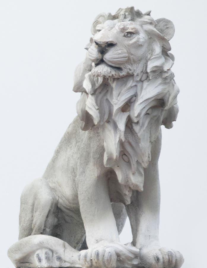 Escultura antigua del león de piedra blanco aislado en los fondos blancos, estatua fuerte revestida, monumento de Coade que se si imagen de archivo libre de regalías