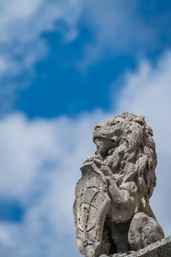 Escultura antigua del león en la ciudad de Perast foto de archivo