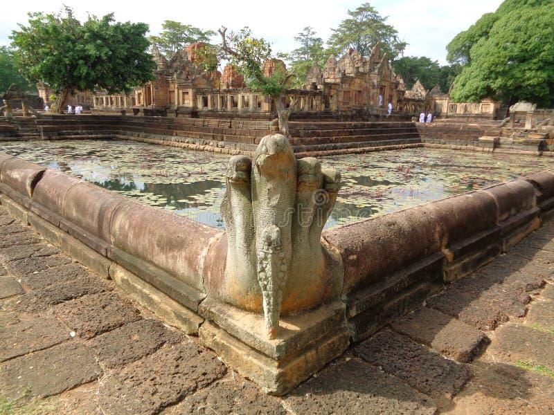Escultura antigua del Naga en Lotus Pond de Prasat Hin Muang Tam Shrine Complex, Tailandia foto de archivo