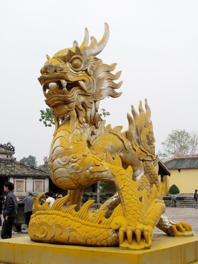 Escultura asiática del amarillo del dragón imagen de archivo