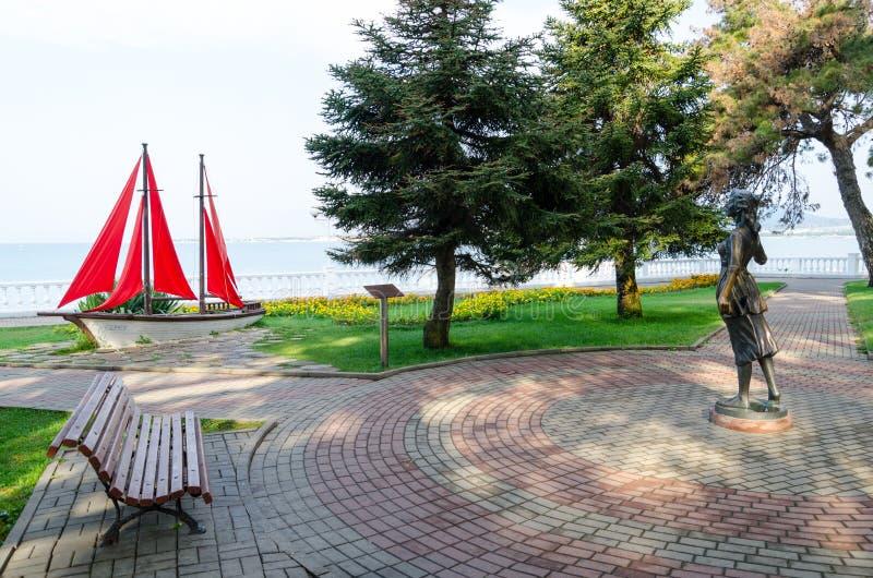 Escultura & x22; Assol& x22; e composição da paisagem & x22; Sailboat& x22; no passeio de Gelendzhik fotos de stock royalty free