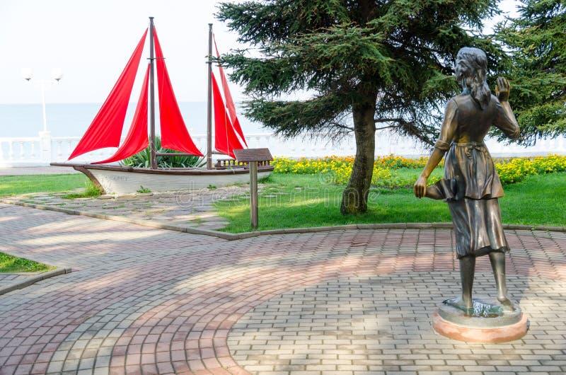 Escultura Assol e veleiro da composição da paisagem no passeio de Gelendzhik foto de stock