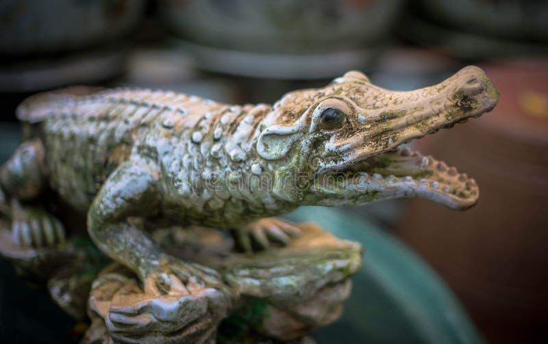 Escultura assustador do crocodilo com olhos vermelhos fotografia de stock