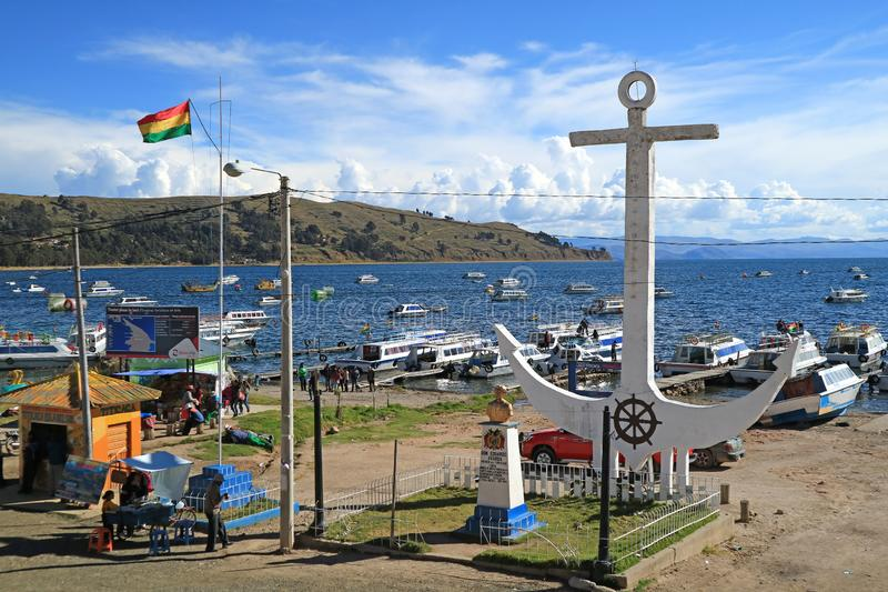 Escultura blanca gigante del ancla en la orilla del lago Titicaca, una pequeña ciudad turística de Copacabana, Bolivia el 28 de a imagen de archivo
