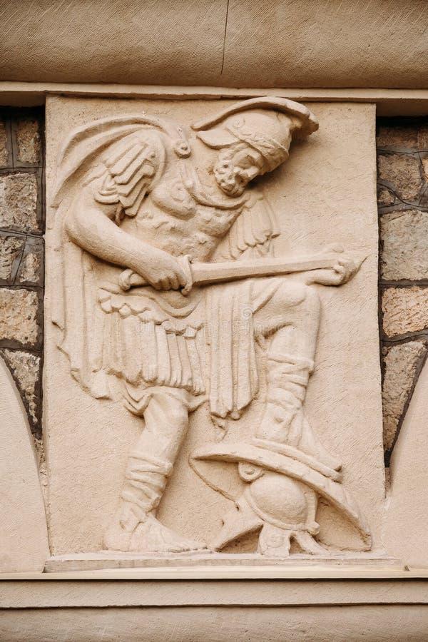 Escultura bonita antiga do bas-relevo no estilo do grego clássico da parede bas-relevo do guerreiro do grego clássico fotos de stock royalty free