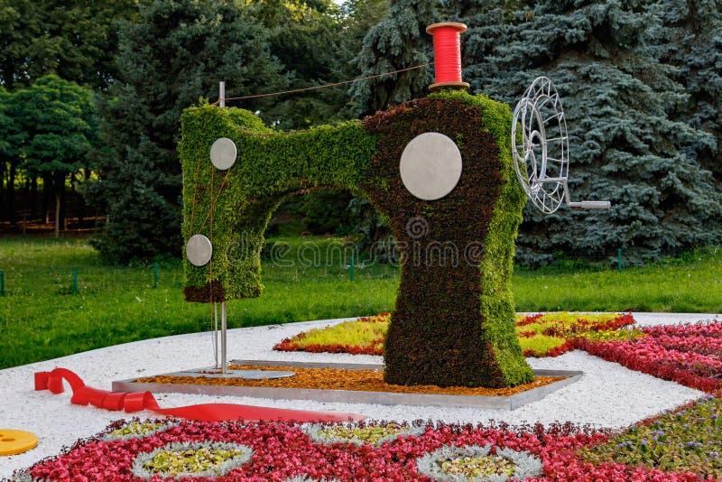 Escultura bonita da máquina de costura das flores, linha imagens de stock royalty free