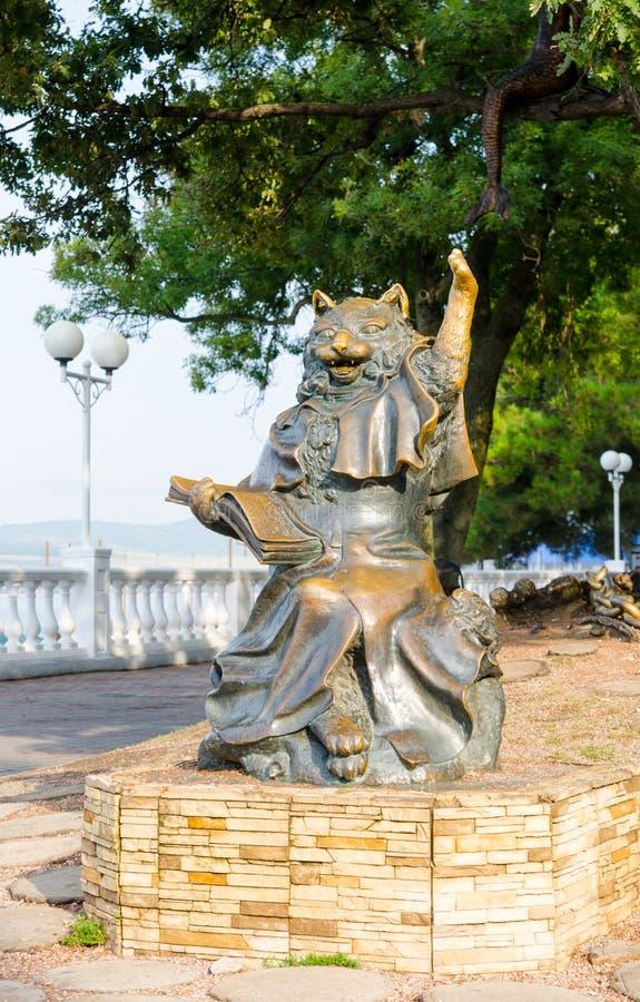 Escultura & x22; Cat& instruído x22; no passeio de Gelendzhik fotos de stock royalty free