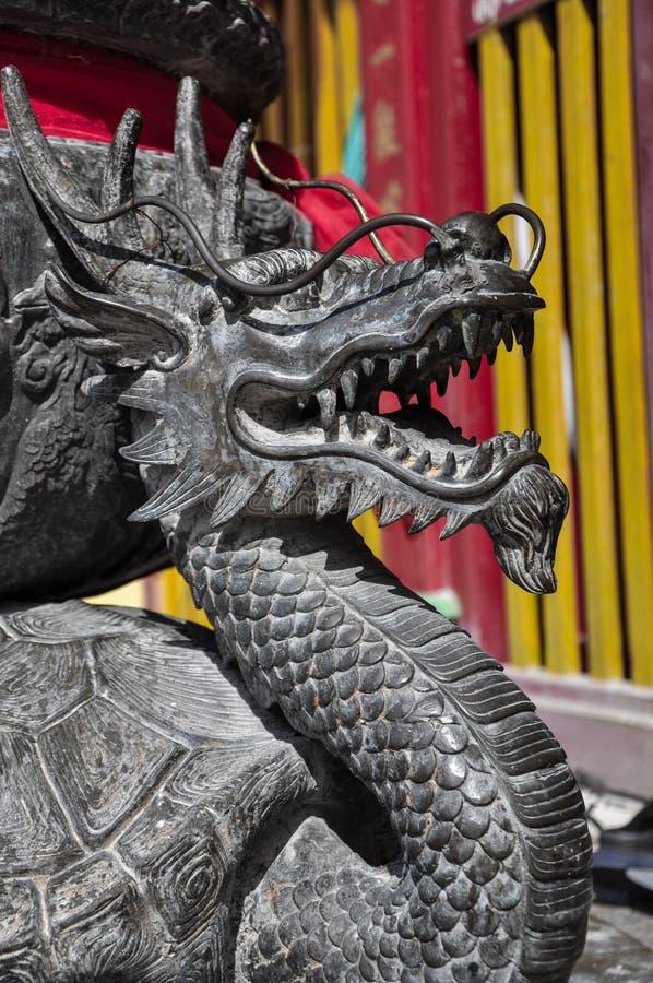 Escultura chinesa do dragão acima da porta de entrada imagens de stock