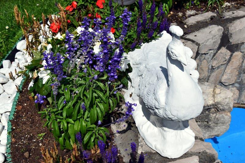 Escultura colorida em montanhas de Dolomity, Itália do flor e a de mármore foto de stock royalty free