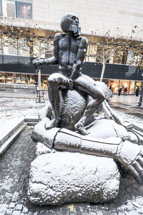 Escultura contemporânea David e colosso em Zeil foto de stock