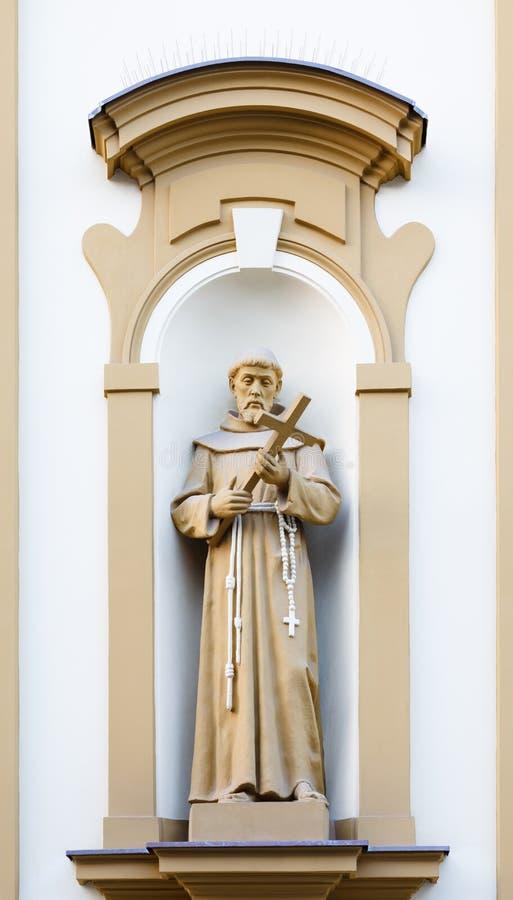 Escultura cristiana en la fachada de la iglesia foto de archivo libre de regalías