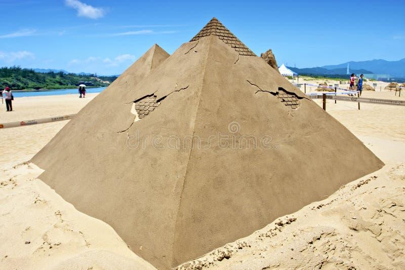 Escultura da areia da pirâmide imagens de stock royalty free