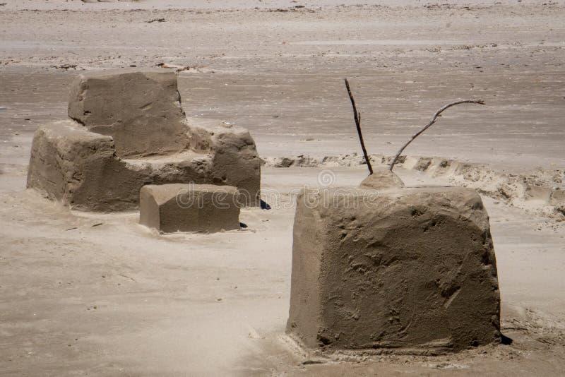Escultura da areia da tevê e da cadeira, praia de Matarangi, Nova Zelândia foto de stock royalty free