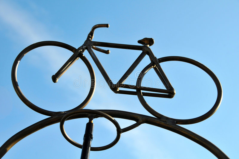 Escultura da bicicleta do metal imagens de stock royalty free
