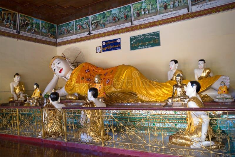 Escultura da Buda de reclinação em um dos templos do pagode de Shwedagon Yangon, Myanmar imagem de stock