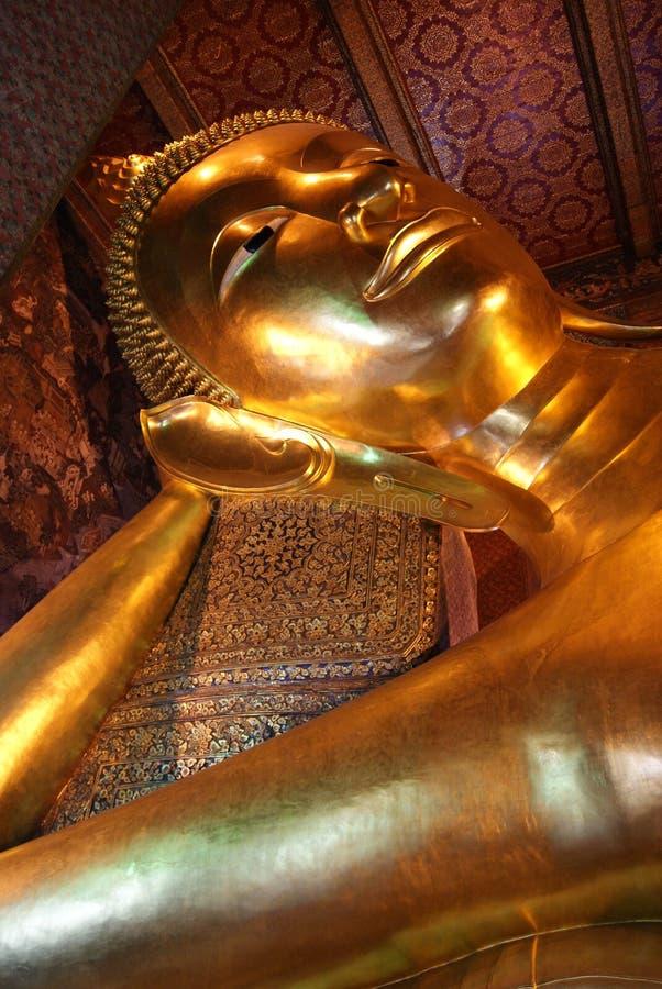 A escultura da Buda dourada de reclinação tail?ndia foto de stock