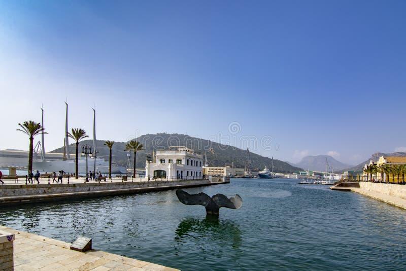 Escultura da cauda da baleia no porto de Cartagena na Espanha de Múrcia imagens de stock