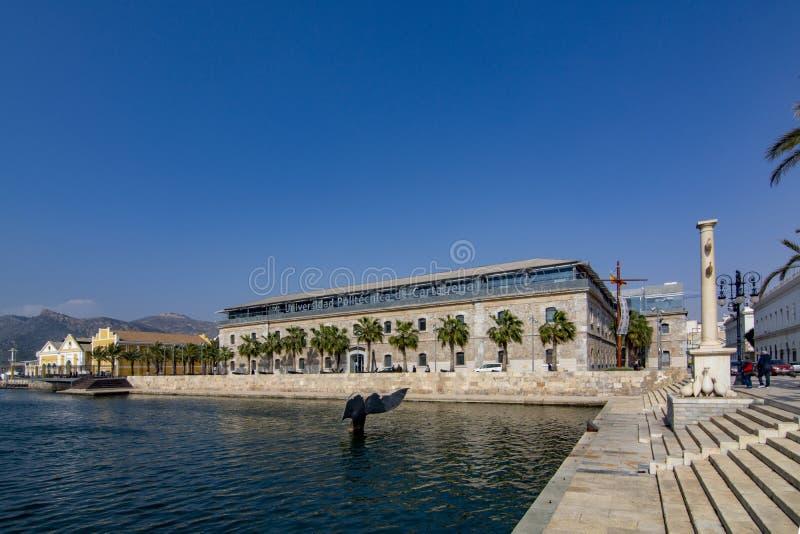 Escultura da cauda da baleia no porto de Cartagena na Espanha de Múrcia fotos de stock royalty free