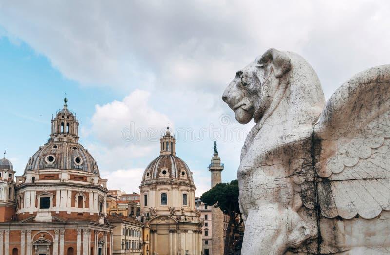 Escultura da estatueta da pedra do leão nas escadas do monumento de Patria do della de Altare no quadrado de Venezia da praça em  imagens de stock