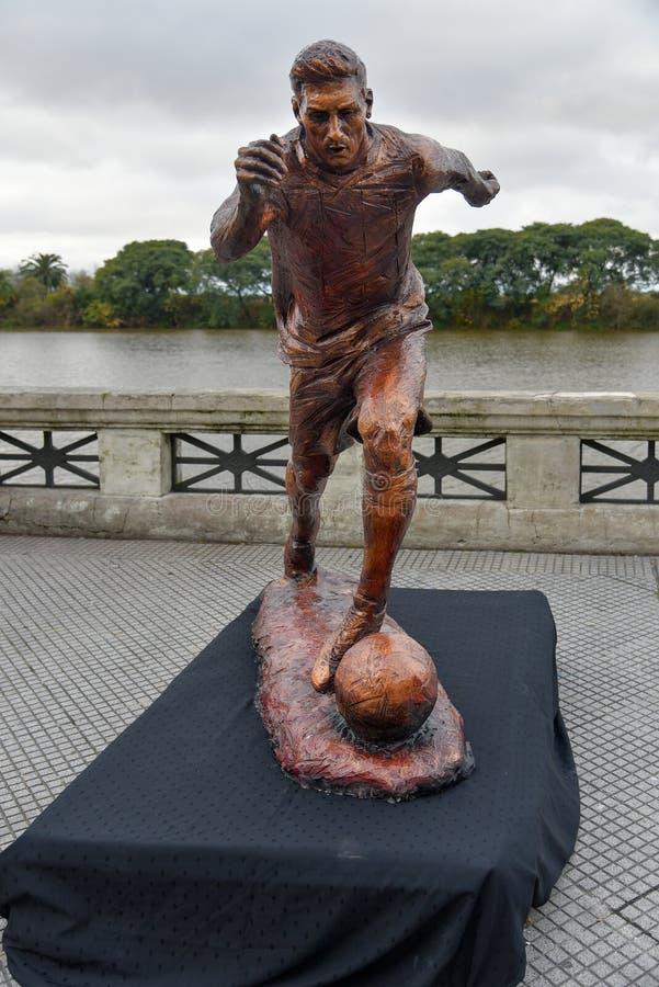 A escultura da estrela de futebol Lionel Messi foto de stock