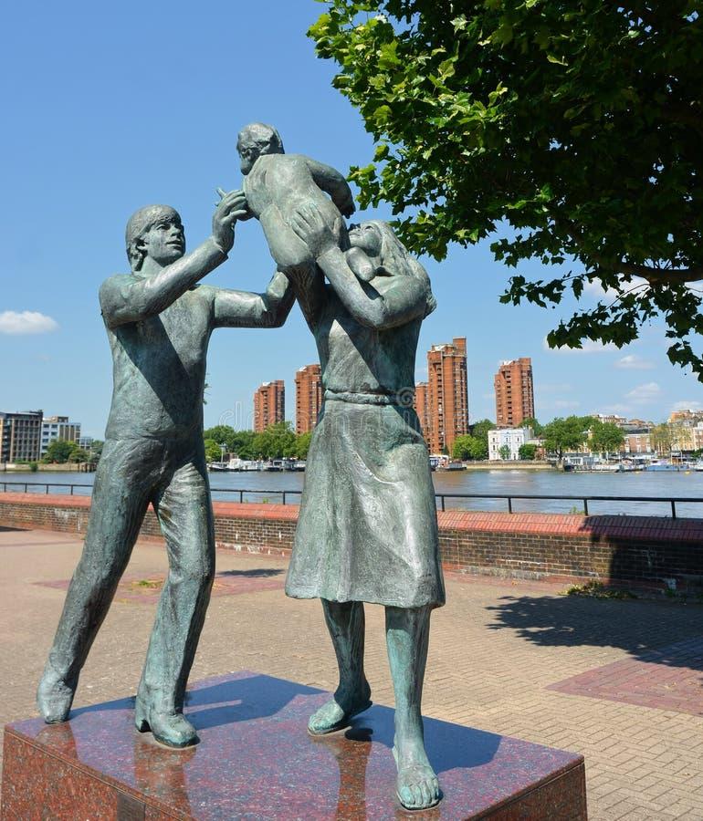 Escultura da fam?lia Na cidade por John Ravera foto de stock