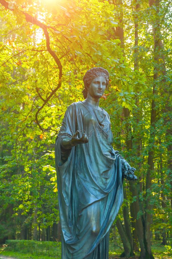 Escultura da flora - deusa da mola e das flores, close up Parque velho de Silvia em Pavlovsk, St Petersburg, Rússia imagem de stock