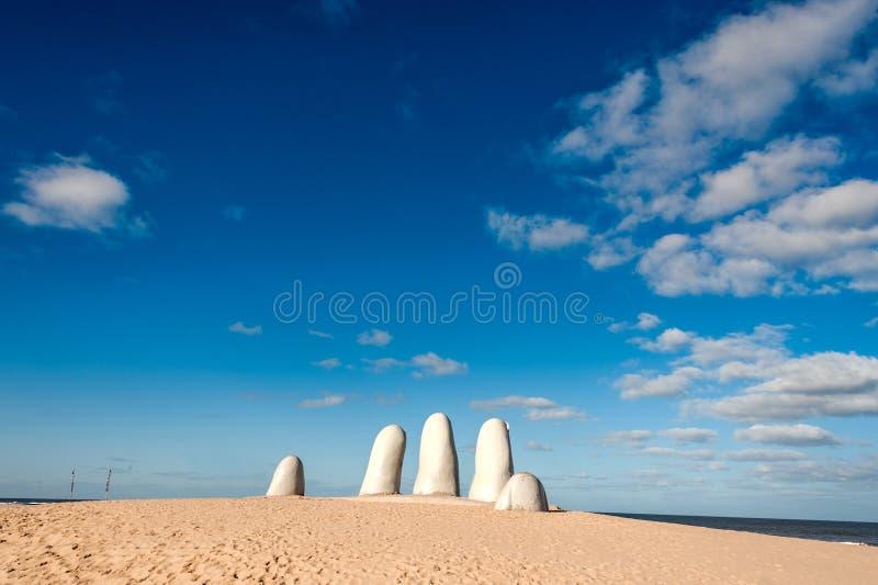 Escultura da mão, Uruguai fotografia de stock