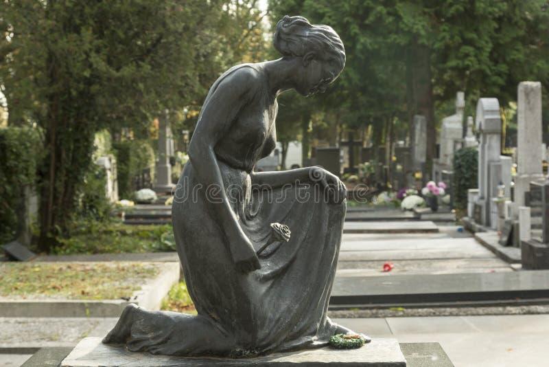 Escultura da mulher de lamentação no cemitério foto de stock royalty free