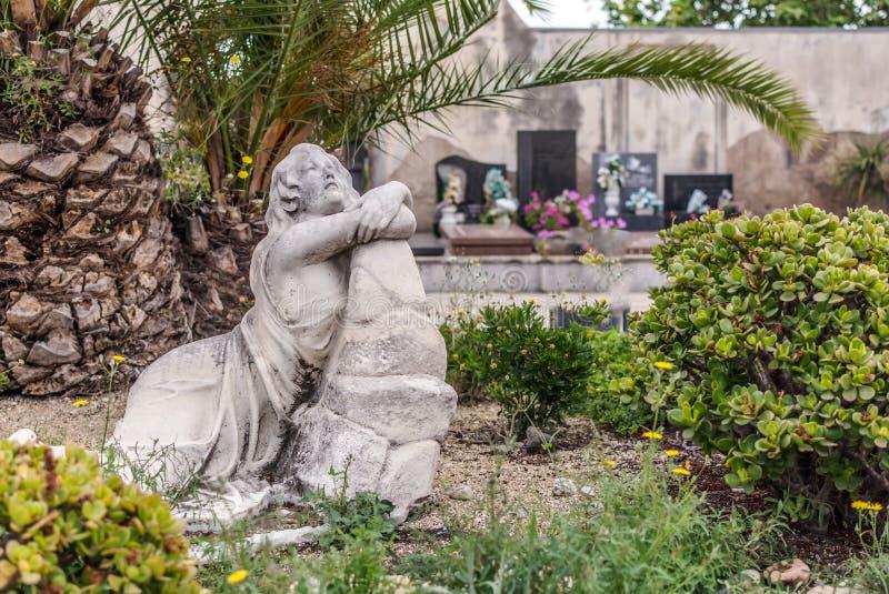 Escultura da mulher de lamentação nos jardins do cemitério de Poblenou imagem de stock