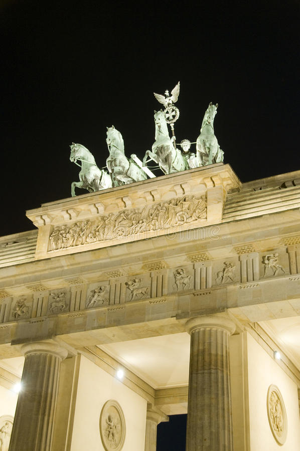 Escultura da noite de Berlim Alemanha da porta de Brandebourg foto de stock