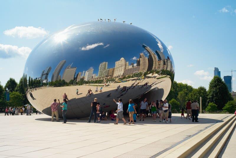 A escultura da porta da nuvem em Chicago, alcunhou o feijão fotografia de stock