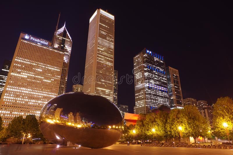 Escultura da porta da nuvem ou o feijão situado em Chicago, Illinois na noite imagem de stock