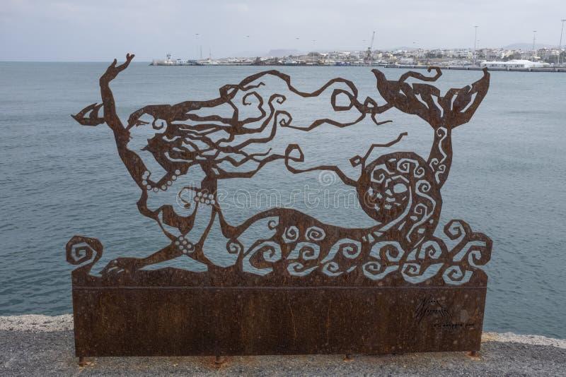 Escultura da sereia do metal no cais do cimento fotografia de stock royalty free