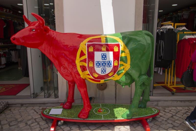 Escultura da vaca da bandeira portuguesa foto de stock royalty free