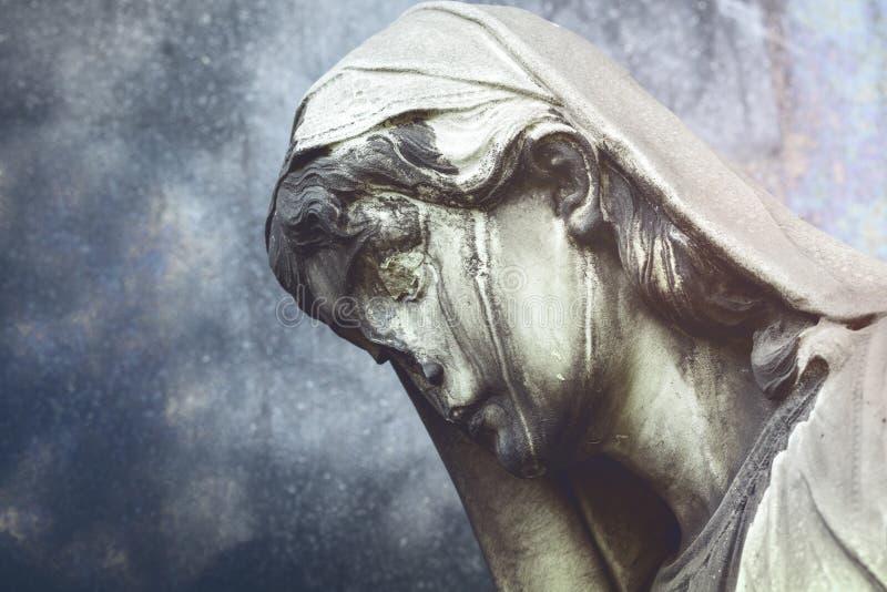 Escultura danificada de uma mulher triste fotos de stock royalty free