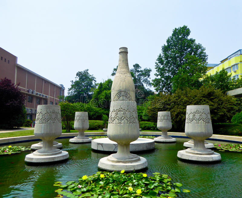 Escultura das garrafas de cerveja no museu da cerveja de Tsingtao fotos de stock