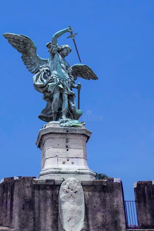 Escultura de bronce del arcángel Michael montado en el tejado del santo Angel Castle ` Ángel, Roma de Castel Sant fotografía de archivo libre de regalías