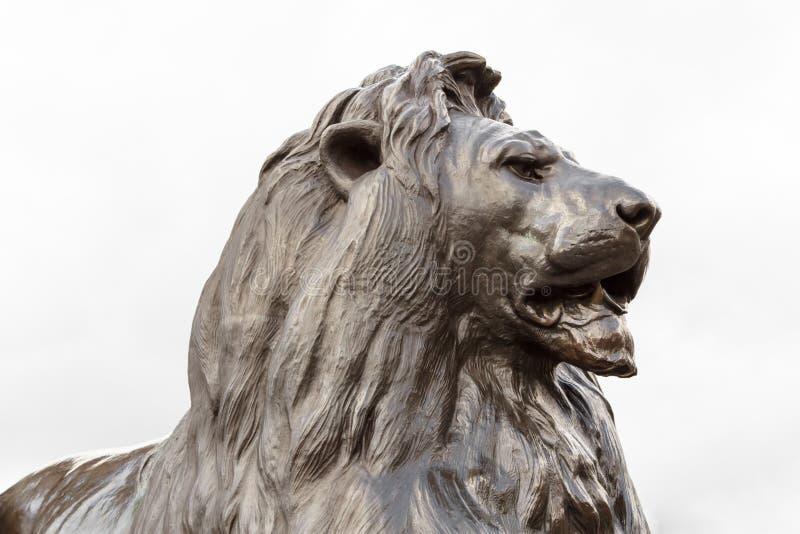 Escultura de bronce del león adentro en el cuadrado de Trafalgar, Londres foto de archivo libre de regalías