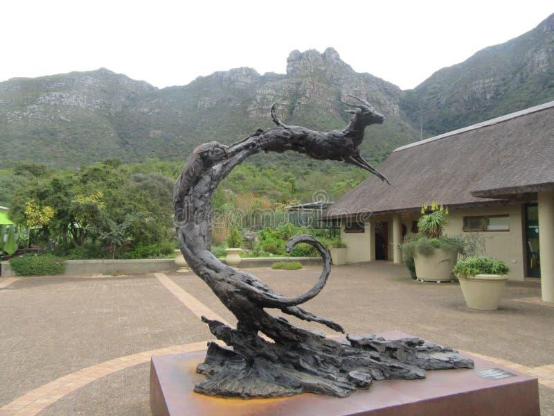 Escultura de bronce en la entrada de Kirstenbosch foto de archivo libre de regalías