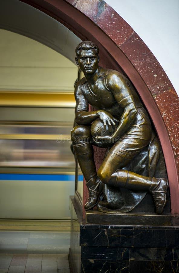 Escultura de bronce en la estación de metro famosa de la revolución rusa, Moscú, Rusia imagenes de archivo