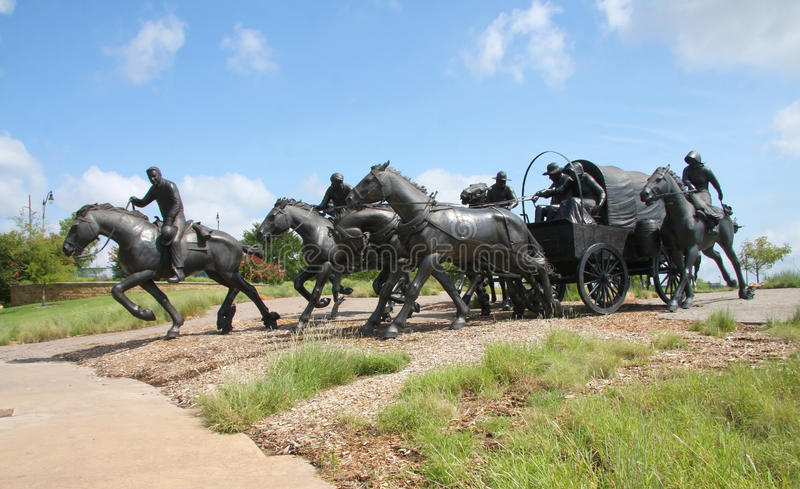 Escultura de bronce en Oklahoma fotos de archivo