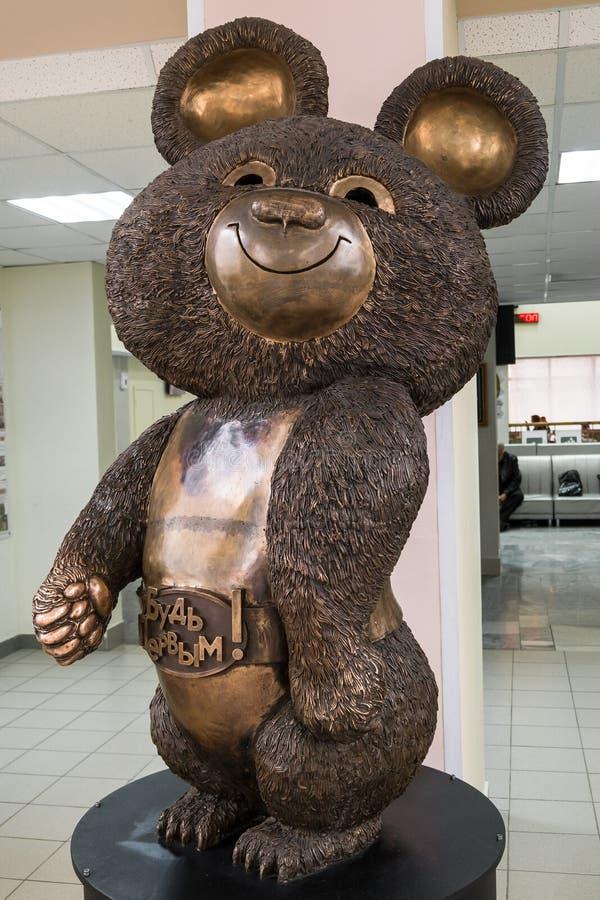 Escultura de bronce de la mascota rusa del oso de los Juegos Olímpicos el an o 80 de Moscú las Olimpiadas de verano XXII Rusia, M foto de archivo libre de regalías