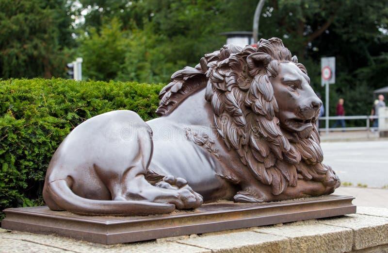 Escultura de bronce de un león fotografía de archivo libre de regalías