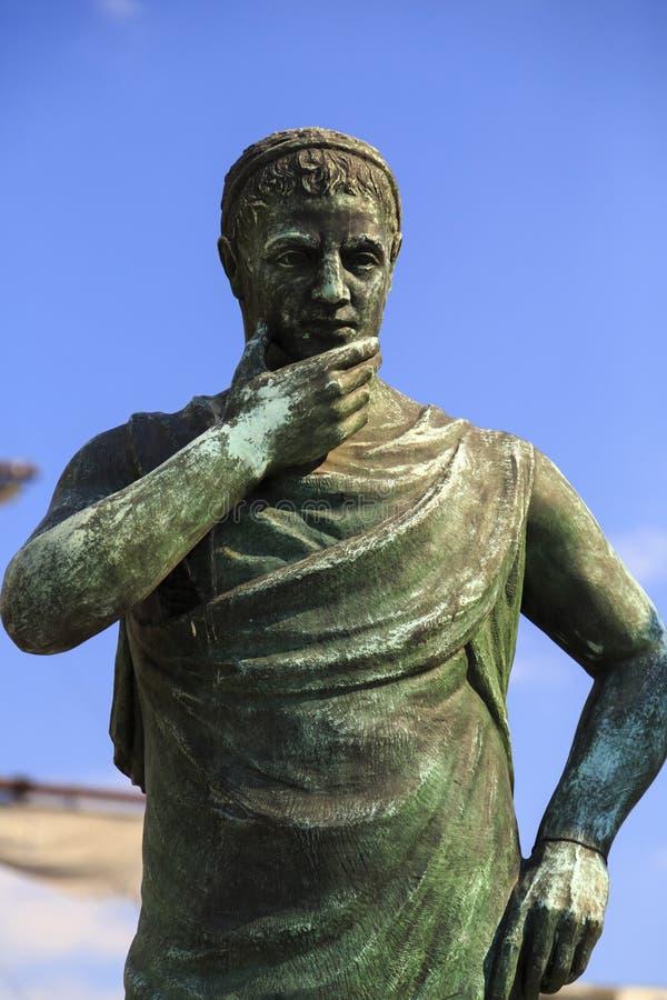Escultura de bronze de Aurelius Crates Ptolemaei em Skopje do centro imagens de stock royalty free