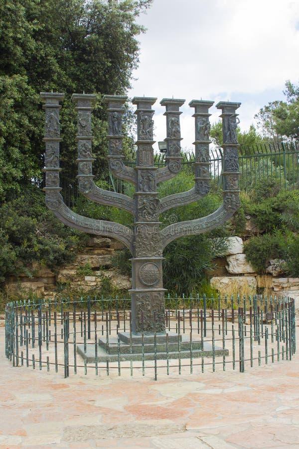 A escultura de bronze bonita de Menora que era um presente a Israel do parlamento do Reino Unido imagens de stock