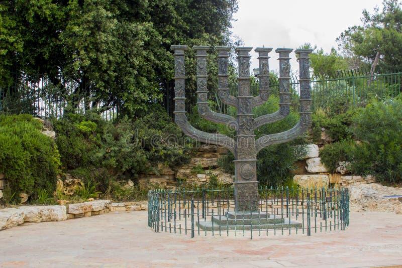 A escultura de bronze bonita de Menora que era um presente a Israel do parlamento do Reino Unido imagem de stock
