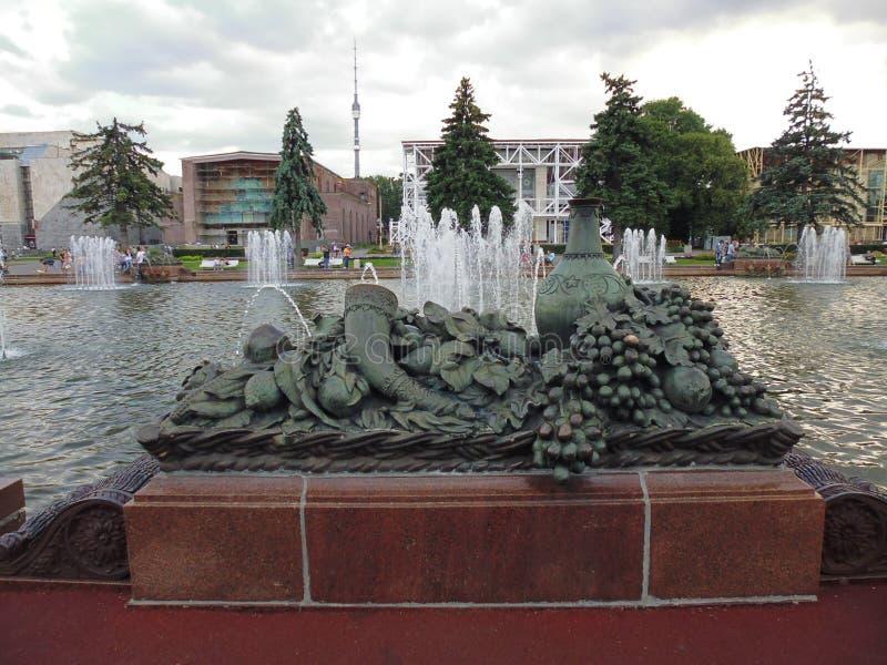 Escultura de bronze com fruto e cornucópia fotos de stock royalty free
