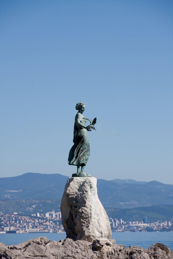Escultura de bronze da donzela com gaivota, Croatia foto de stock royalty free