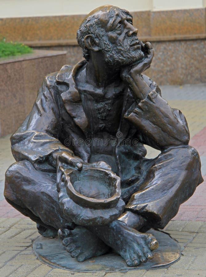 Escultura de bronze da rua do mendigo com o tampão em Chelyabinsk, Rússia foto de stock royalty free