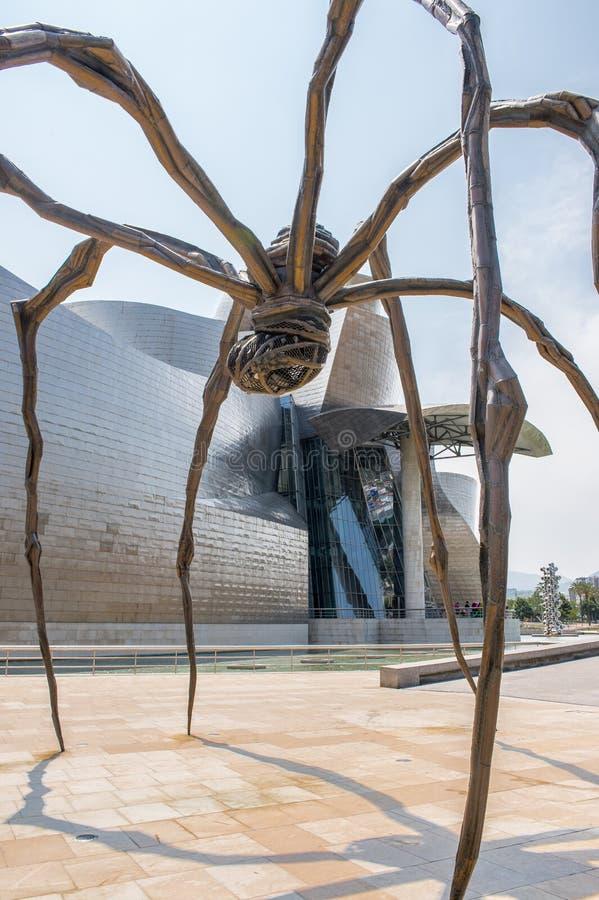 Escultura De Bronze E Museu De Guggenheim Em Bilbao Foto de Stock Editorial